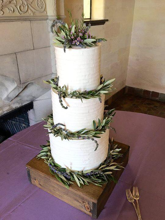 Add Leafy Greens To Your Wedding Cake Like This One From A Wedding At The Crosley